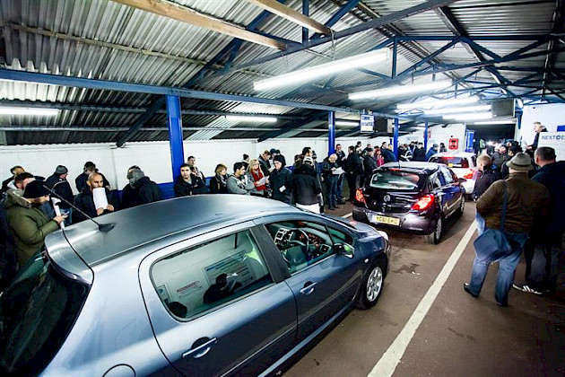 How many cars are sold at auction each year in Australia?